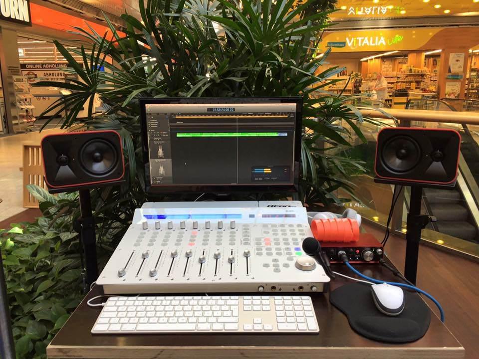Regieplatz mit Computer und Audiotechnik für JBL Mobile Music Studio Tour