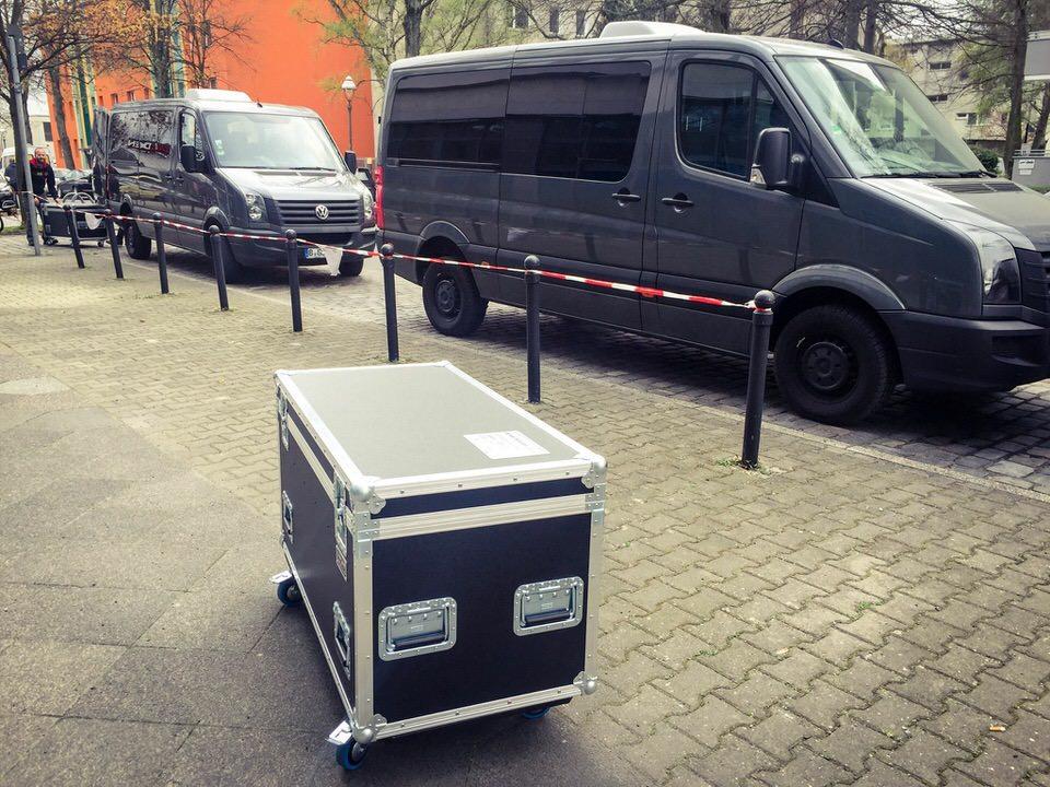 Transportcase vor Lieferwagen