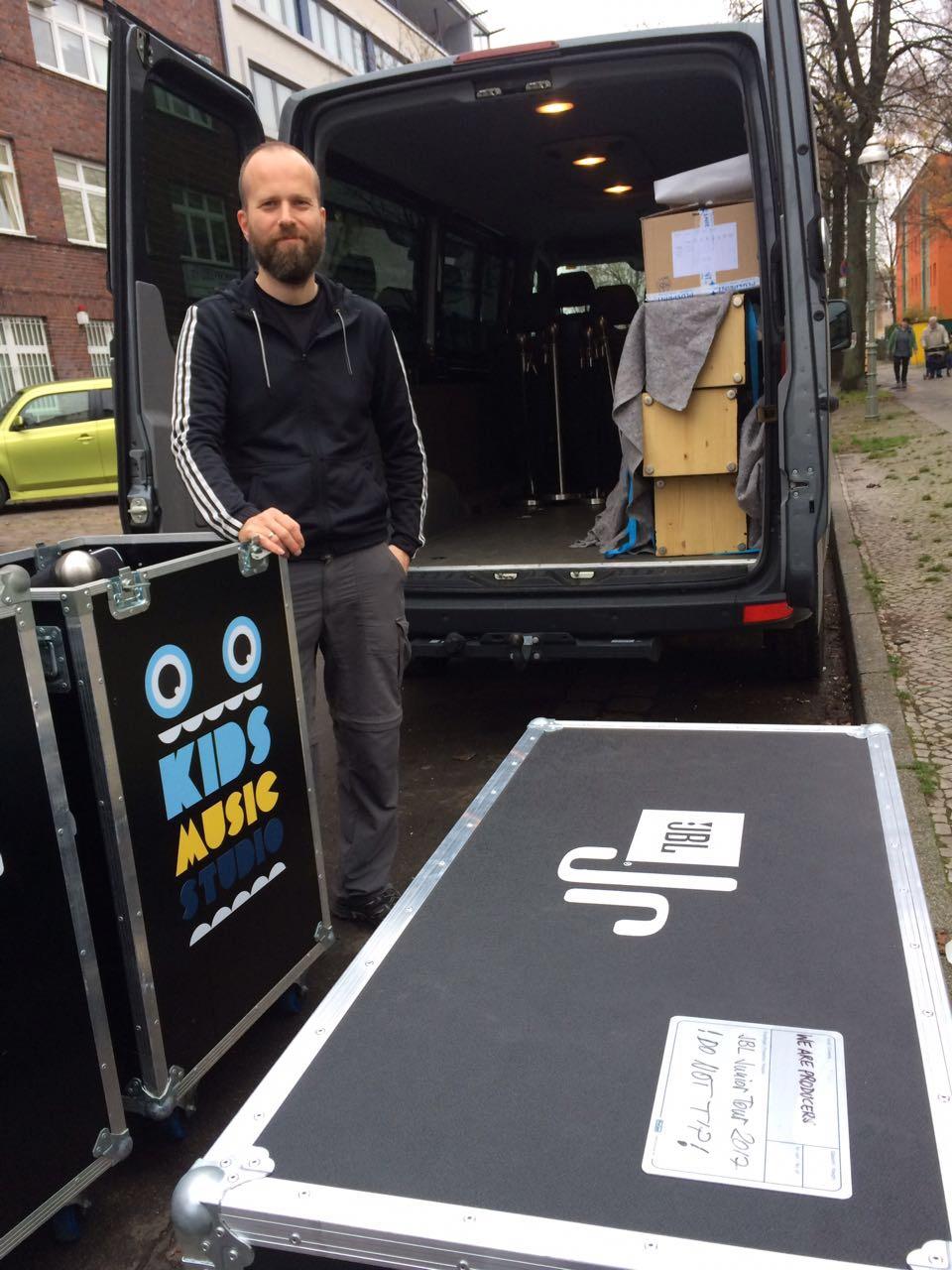 Beladung des Transporters für die JBL Mobile Studio Kids Tour