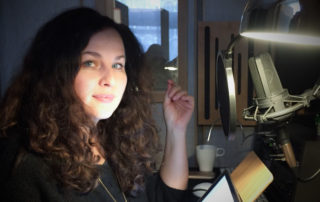 Sprecherin Nora Jokhosha im Tonstudio von WE ARE PRODUCERS