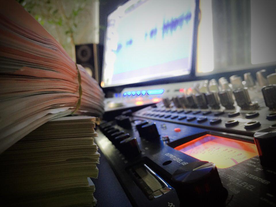 Gestapelte Skripte vor Audiotechnik