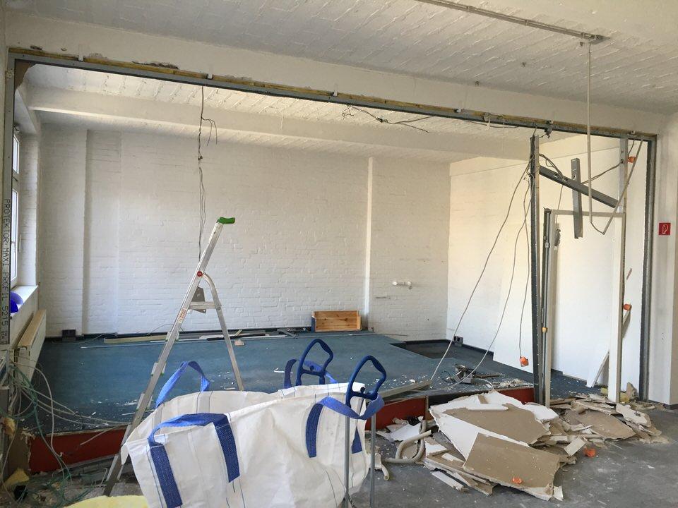 Ständerwerk für Trockenbauwand zwischen Aufnahme- und Regieraum wird gebaut
