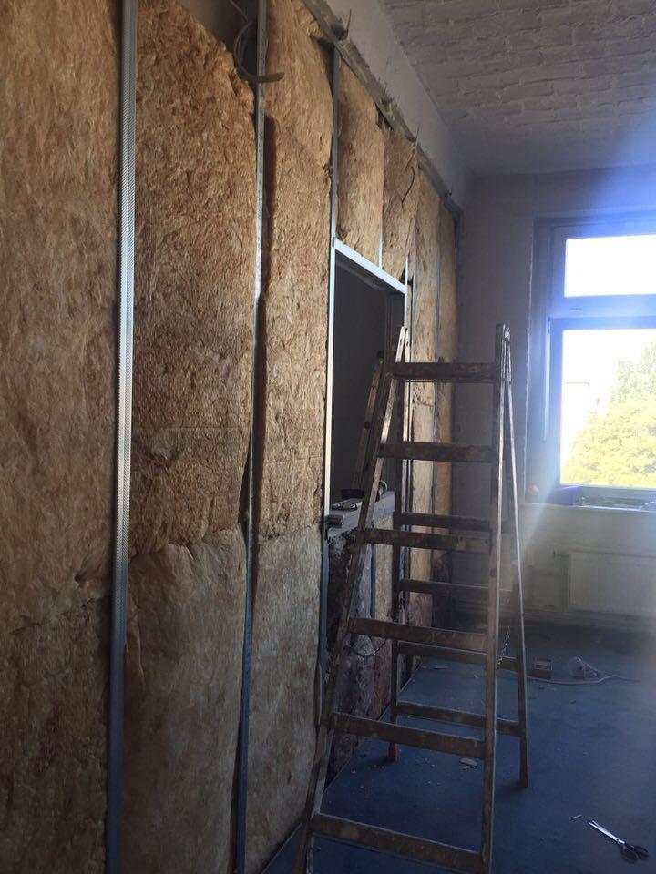 Die Wand zwischen Aufnahme- und Regieraum wurde mit Dämmmaterial verstärkt