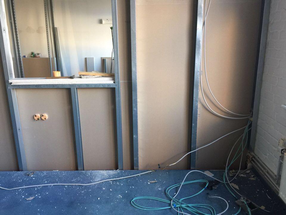 Eingezogene Wand als Trennung zwischen Aufnahme- und Regieraum