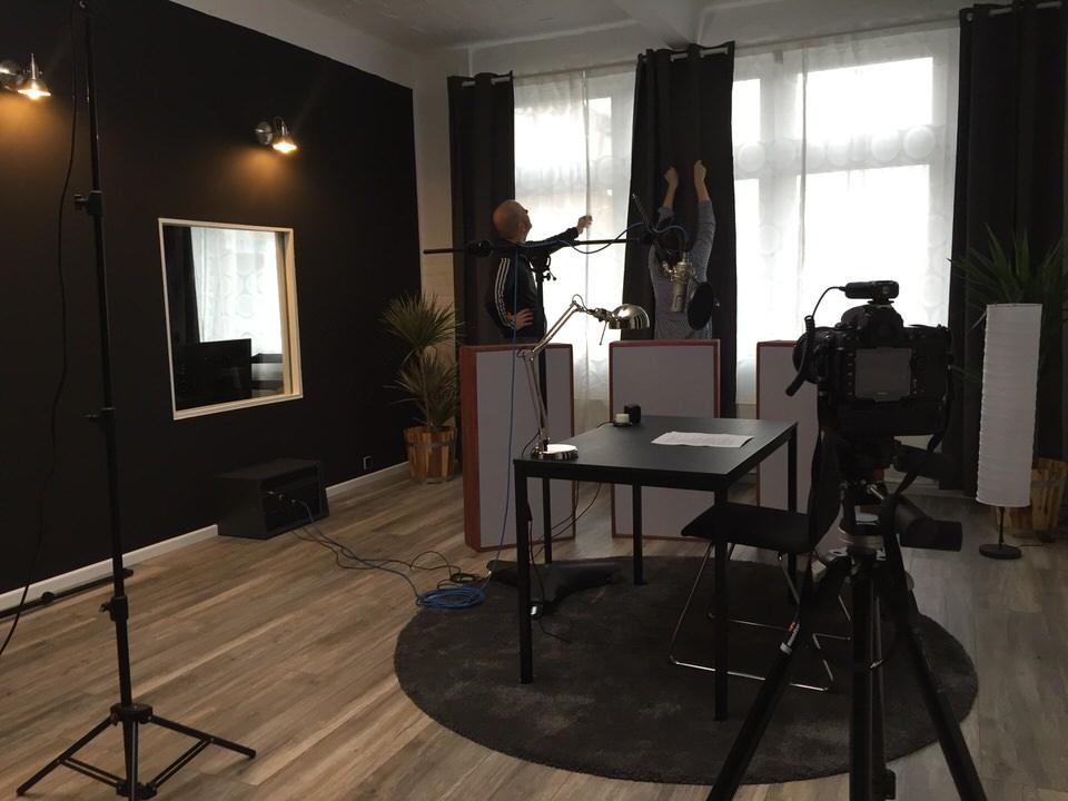 Einrichtung des Aufnahmeraums im Tonstudio