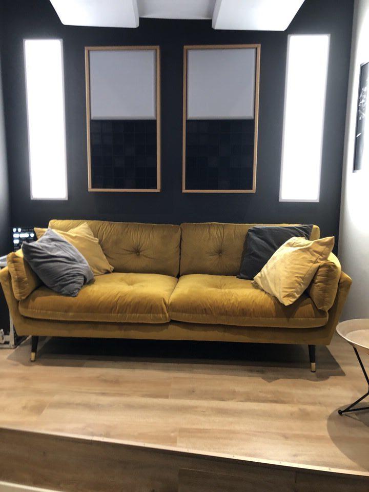 Podest in der Regie mit Couch