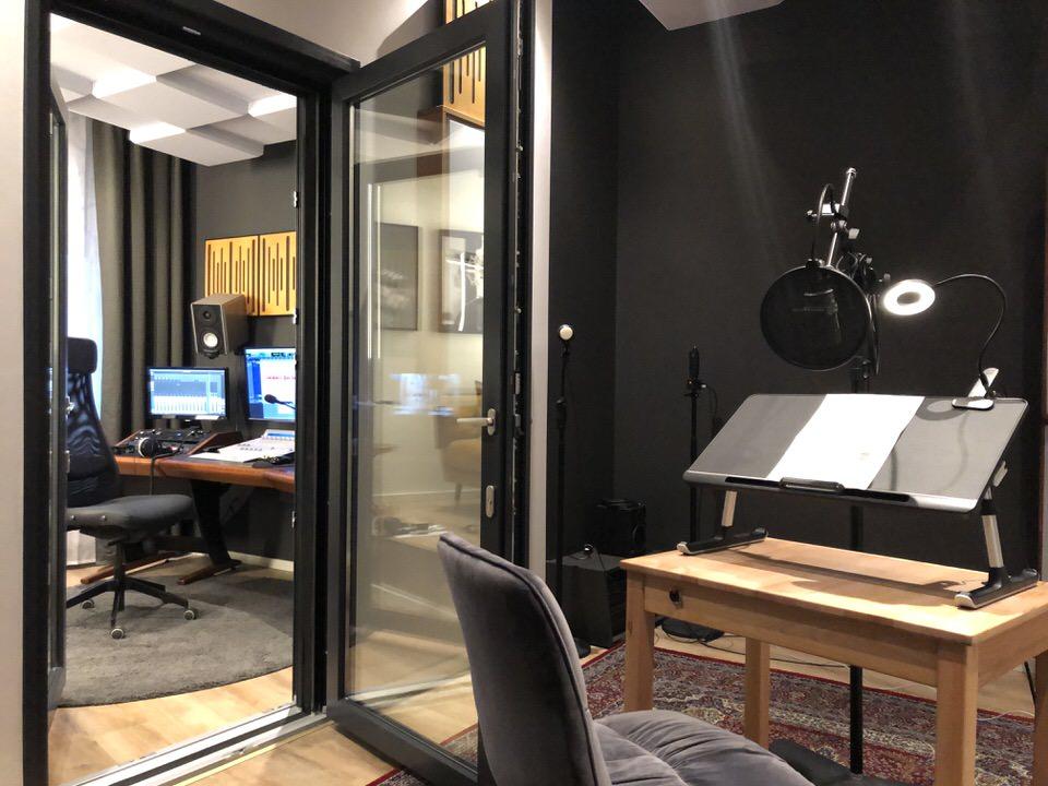 Blick aus dem Studio in die Regie