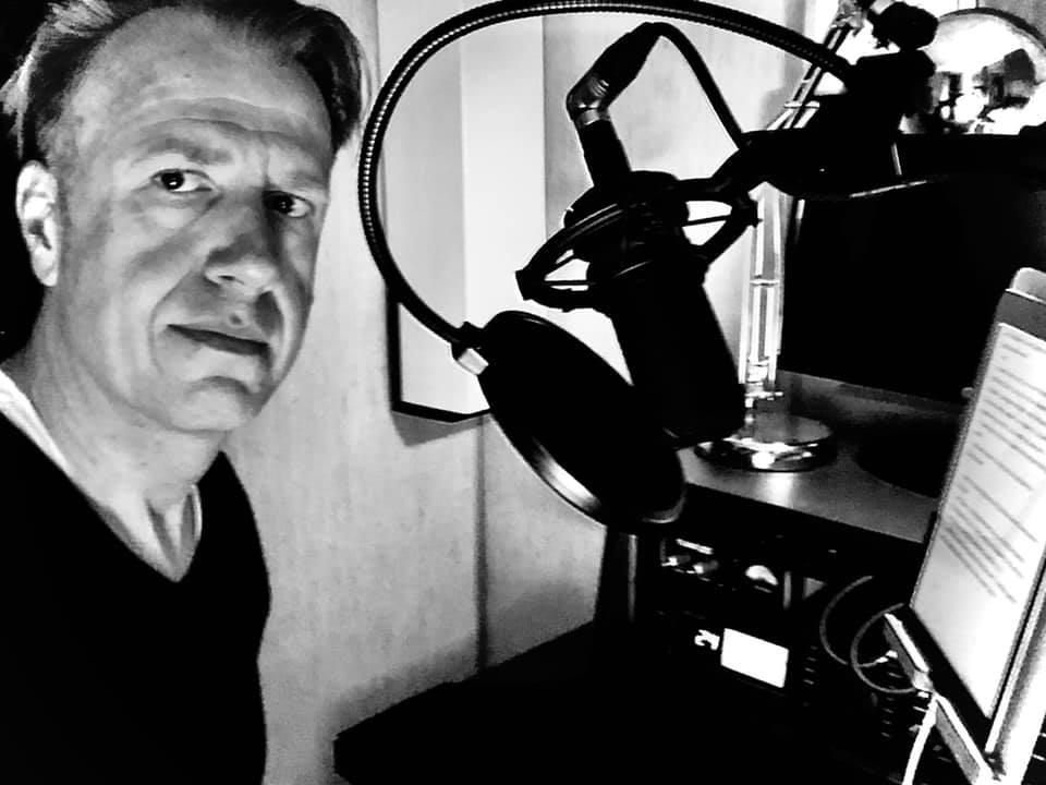 Frank Riede vor dem Mikrofon bei WE ARE PRODUCERS im Studio