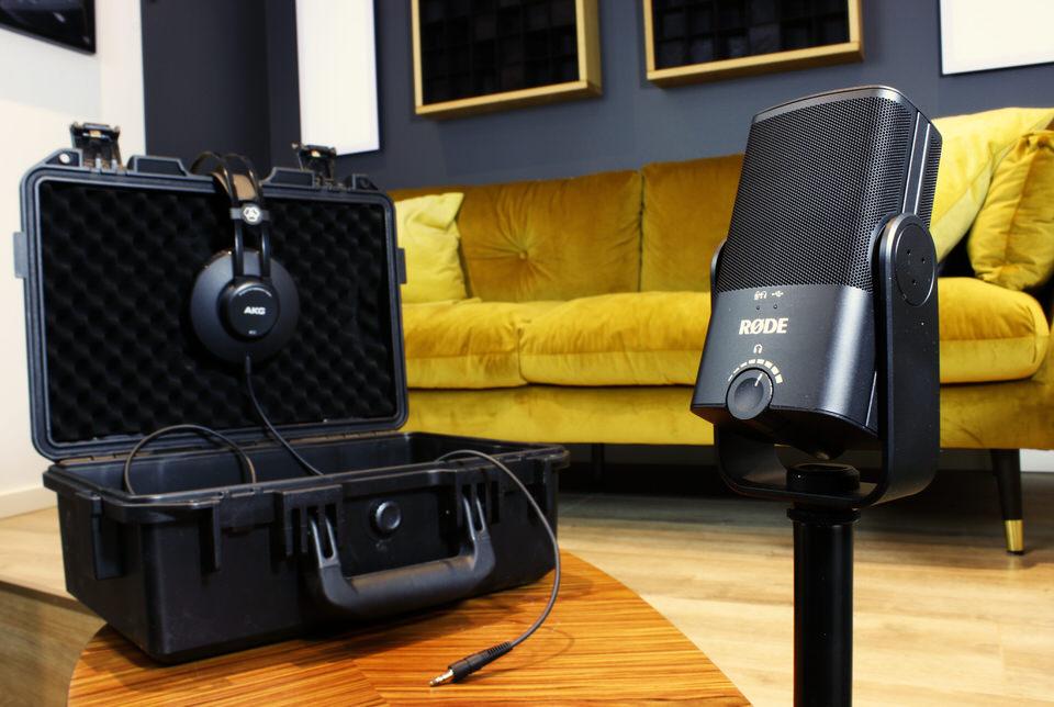 Podcast online aufnehmen mit dem Remote-Kit aus Mikrofon, Stativ und Kopfhörer