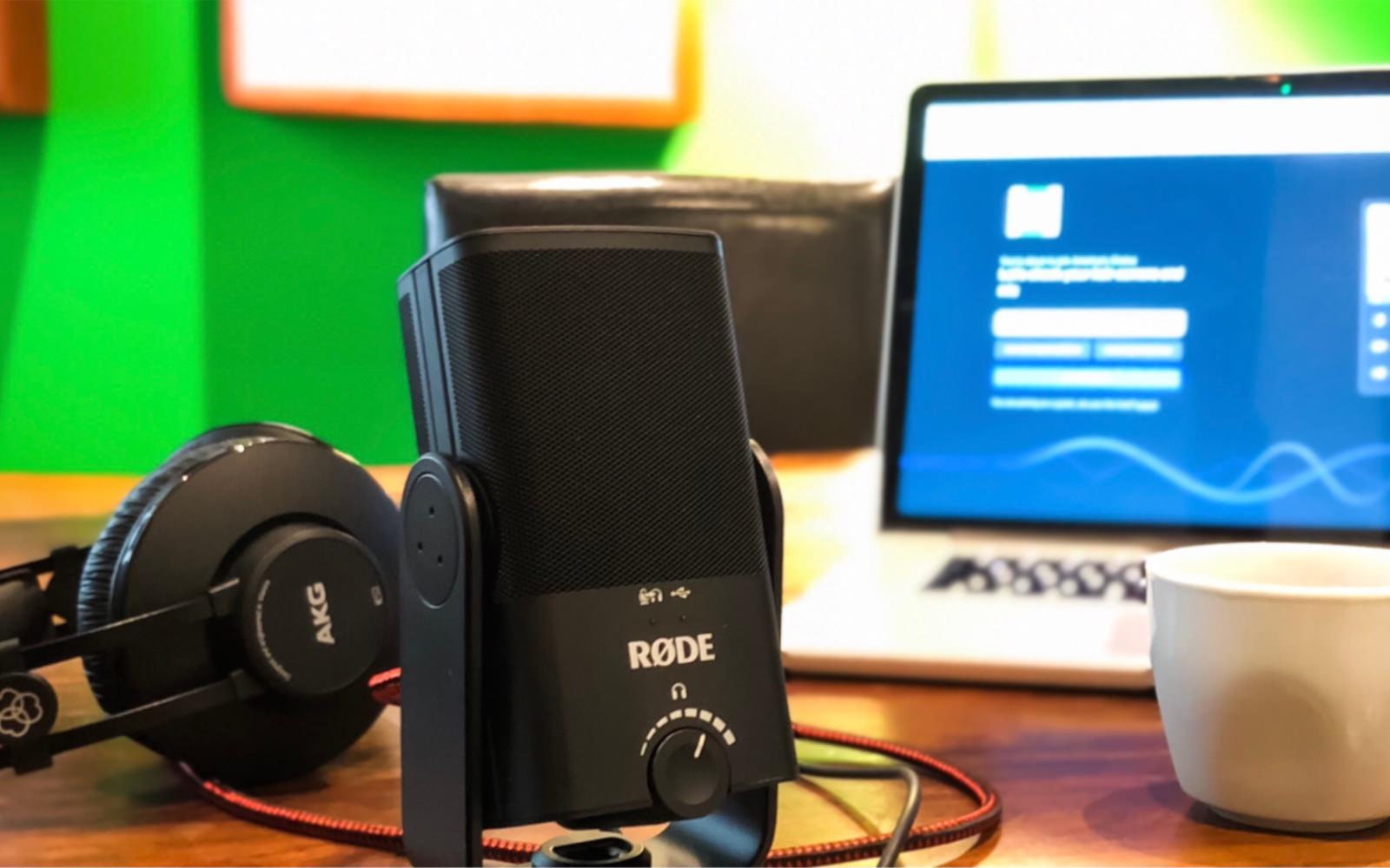 Aufnahmesituation mit USB-Mikrofon, Kopfhörer und Laptop